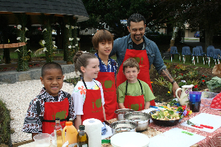 Chef Michael Meredith and Owairaka school students_3